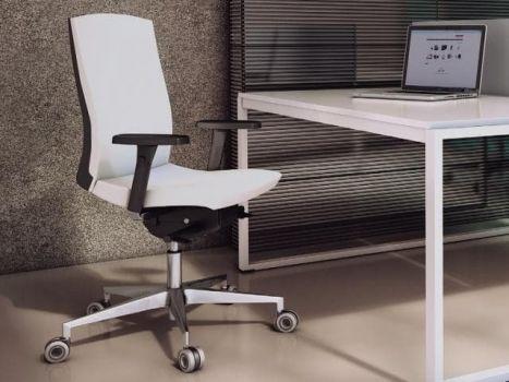 Silla Flexa frente a un escritorio