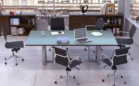 Silla de oficina frente a mesa de despacho