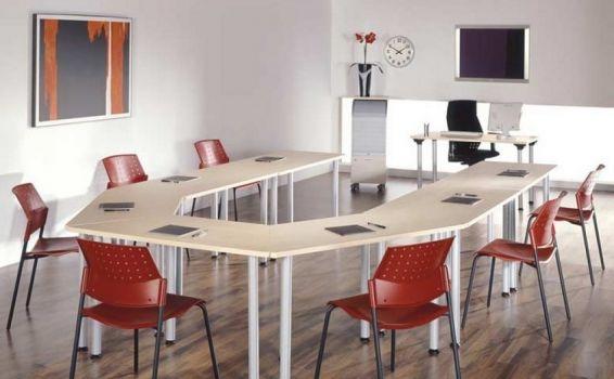 Arreglo de mesas trapezoidales Officinca