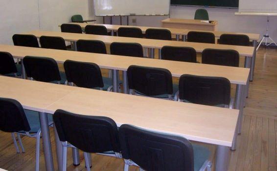 Mesa polivalente utilizada en salón de formación de una empresa.