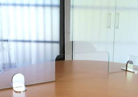 Mampara de cristal con ventanilla para fijar sobre mesa o mostrador de oficina.