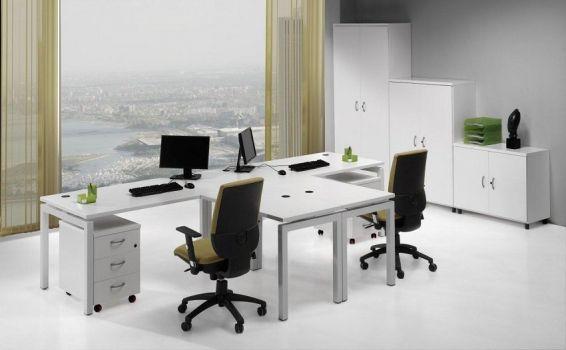 Mesa de oficina con ala Euro 5000 de Euromof arreglo de dos puestos simétricos.